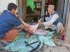 Przed Kinja. Rozbieranie bydła na obchody Tihar.