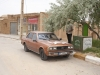 Toyota (chyba) z lat 80-tych. My ride na wyprawę do Kharanaq i Meybod. Pod drzewem chowa się mój kierowca.