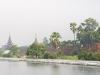 Cytadela w Mandalay w porannym smogu.