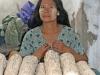 Do zdjęcia trzeba skromnie - sprzedawczyni drewna Thanaka.