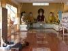 Kima na chłodnej posadzce pod okiem Buddów