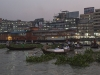 Dhaka, Saderghat, życie wokół promów.