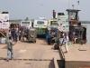 W drodze z Khulny do Barisal. Autobusowy prom przez rzekę.
