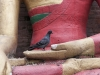 Kathmandu, Swayambhu, gołąb na dłoni figury Buddy.