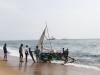 Plaża w Colombo, wyciąganie łodzi.