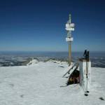 Widok na północ z Kopy Kondrackiej. Na drugim planie ta góra z krzyżem.
