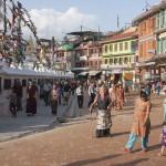 Tybetańscy pielgrzymi (among others) wokół stupy Boudhanath w Kathmandu. Duża stupa szczęśliwie nie ucierpiała, ale uszkodzona została jedna z mniejszych stup w okolicy.